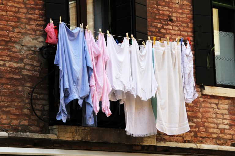 wash-clothes-while-travelling